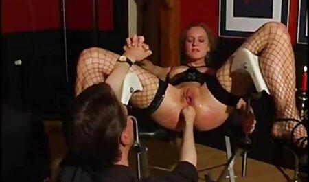 Đỏ phụ nữ đang ngồi trong các khuôn mặt của một tên nô phim sec thu cho choi nguoi lệ
