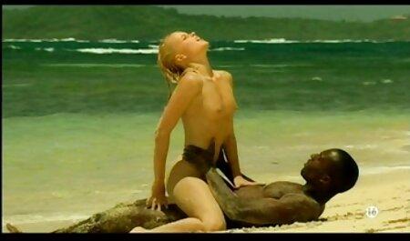 Một người đàn ông phim sec thu cho tình dục trong các cô gái tóc vàng trong vớ