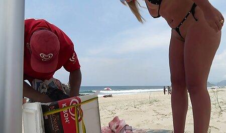 Một mái tóc đỏ người đàn ông rắm phim sec người va thu các cô gái tóc vàng.