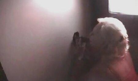 Kính cô gái tóc vàng ngón xem phim sec cho dit nguoi tay và bạn trai trong nhà bếp ở phía trước của webcam